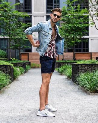 Как и с чем носить: голубая джинсовая куртка, темно-красная рубашка с коротким рукавом с цветочным принтом, темно-синие шорты, белые низкие кеды