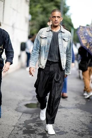 Модные мужские луки 2020 фото: Голубая джинсовая куртка и черные брюки чинос будет замечательным вариантом для расслабленного образа на каждый день. Дополнив ансамбль белыми низкими кедами из плотной ткани, можно привнести в него немного динамичности.