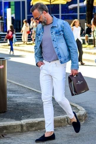 Белые джинсы: с чем носить и как сочетать мужчине: Голубая джинсовая куртка и белые джинсы надежно обосновались в гардеробе многих молодых людей, помогая создавать незаезженные и удобные ансамбли. В сочетании с темно-синими замшевыми лоферами с кисточками такой лук выглядит особенно выгодно.