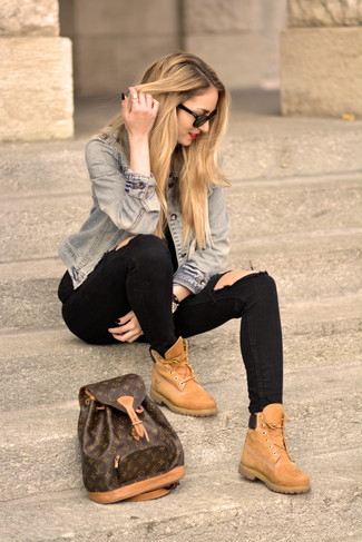 Модный лук: Голубая джинсовая куртка, Черные рваные джинсы скинни, Светло-коричневые замшевые ботинки на шнуровке, Темно-коричневый кожаный рюкзак с принтом