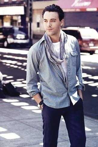 """Как и с чем носить: голубая джинсовая рубашка, белая футболка с круглым вырезом, темно-синие брюки чинос, серый шарф с рисунком """"гусиные лапки"""""""