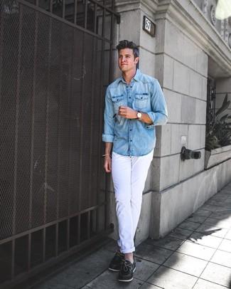 Как и с чем носить: голубая джинсовая рубашка, белые брюки чинос, черные кожаные топсайдеры, темно-коричневые кожаные часы