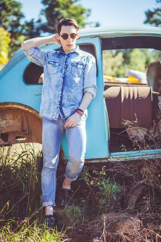 Как и с чем носить: голубая джинсовая рубашка, голубые джинсы, темно-зеленые кожаные мокасины с камуфляжным принтом, темно-коричневые солнцезащитные очки