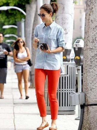 Как и с чем носить: голубая джинсовая рубашка, красные джинсы скинни, коричневые кожаные балетки, серые солнцезащитные очки