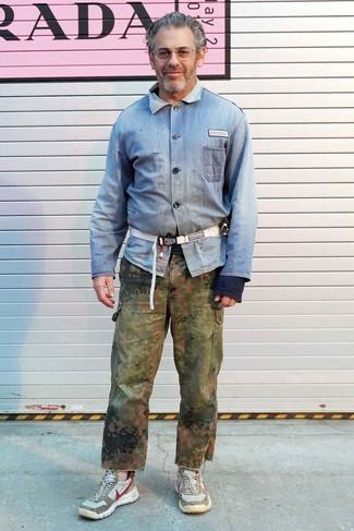 Как и с чем носить: голубая джинсовая рубашка, оливковые брюки карго с камуфляжным принтом, бежевые кроссовки, белая поясная сумка из плотной ткани