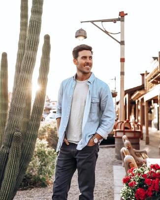 Как и с чем носить: голубая джинсовая рубашка, серая футболка с круглым вырезом, темно-серые джинсы, светло-коричневые кожаные часы