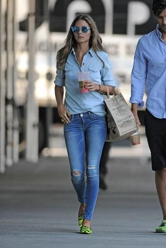 Голубая джинсовая рубашка и синие рваные джинсы скинни — прекрасный вариант для похода в кино или по магазинам. Очень стильно здесь будут смотреться зеленые кожаные лоферы с камуфляжным принтом.