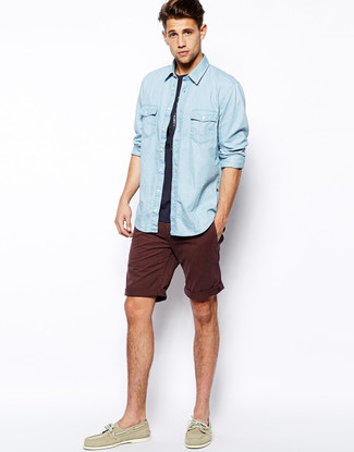 Как и с чем носить: голубая джинсовая рубашка, темно-синяя футболка с круглым вырезом, темно-красные шорты, бежевые кожаные топсайдеры