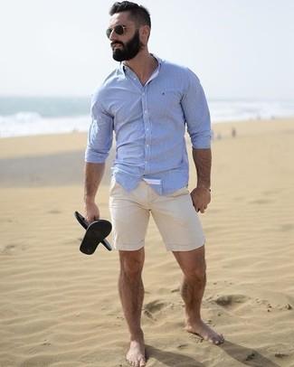 Как и с чем носить: голубая классическая рубашка, бежевые шорты, черные резиновые сандалии, черные солнцезащитные очки
