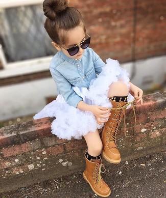 Как и с чем носить: голубая джинсовая классическая рубашка, белая юбка из фатина, коричневые ботинки, черные носки