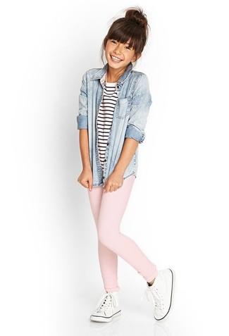 Как и с чем носить: голубая джинсовая классическая рубашка, бело-темно-синяя футболка в горизонтальную полоску, розовые леггинсы, белые кеды