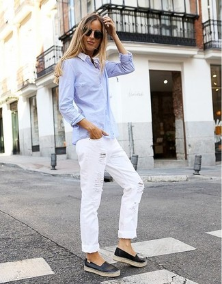 Как и с чем носить: голубая классическая рубашка, белые рваные джинсы-бойфренды, черные кожаные слипоны