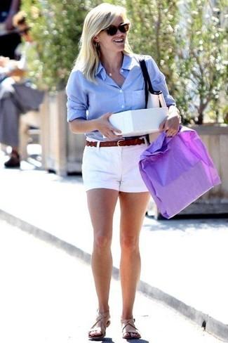 Собираясь в кино или кафе, обрати внимание на сочетание голубой классической рубашки и белых шорт. Этот образ идеально дополнят бежевые кожаные сандалии на плоской подошве.