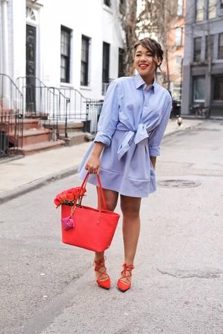 Как и с чем носить: голубая классическая рубашка, голубая короткая юбка-солнце, красные замшевые гладиаторы, красная кожаная большая сумка