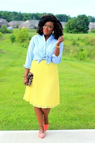 Как и с чем носить: голубая классическая рубашка, желтая юбка-миди со складками, оранжевые кожаные балетки, светло-коричневый замшевый клатч с леопардовым принтом