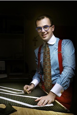 Как и с чем носить: голубая классическая рубашка в мелкую клетку, красные классические брюки, оливковый галстук с принтом, красные подтяжки
