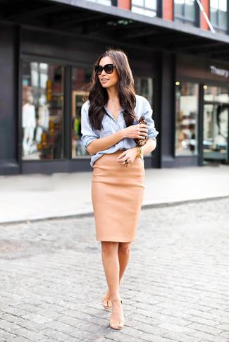 Как и с чем носить: голубая классическая рубашка из шамбре, светло-коричневая кожаная юбка-карандаш, бежевые кожаные босоножки на каблуке, коричневый кожаный клатч с леопардовым принтом