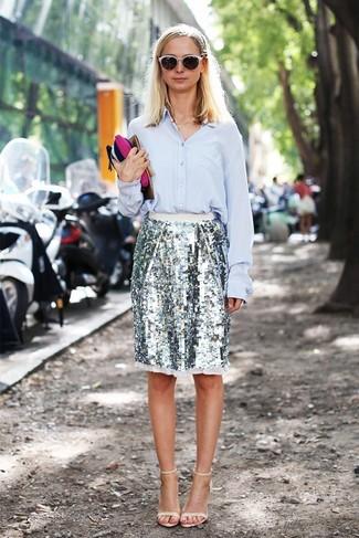 Как и с чем носить: голубая классическая рубашка, серебряная юбка-карандаш с пайетками, бежевые кожаные босоножки на каблуке