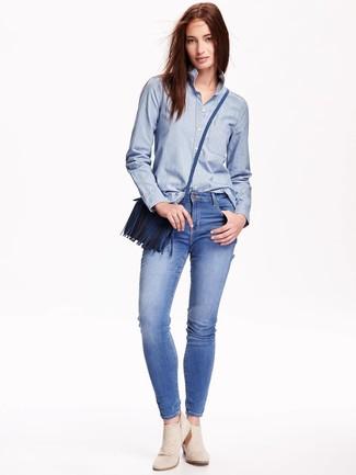 Как и с чем носить: голубая классическая рубашка из шамбре, синие джинсы скинни, бежевые замшевые ботильоны, синяя кожаная сумка через плечо