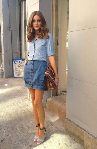 Как и с чем носить: голубая классическая рубашка из шамбре, синяя джинсовая юбка на пуговицах, голубые кожаные босоножки на каблуке, коричневый кожаный клатч