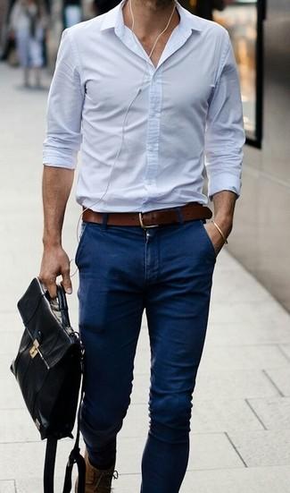 Сочетание голубой классической рубашки и темно-синих брюк чинос — воплощение вольного офисного стиля.