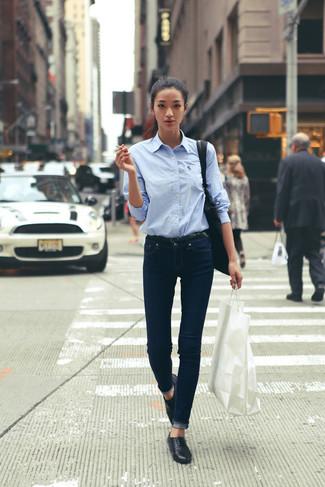 Подыскивая образ для кино или кафе, обрати внимание на тандем голубой классической рубашки и темно-синих джинсов. Весьма выигрышно здесь будут смотреться черные лоферы.