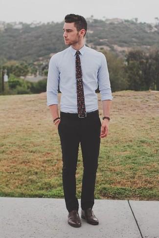 Как и с чем носить: голубая классическая рубашка, черные классические брюки, темно-коричневые кожаные оксфорды, черный галстук с цветочным принтом