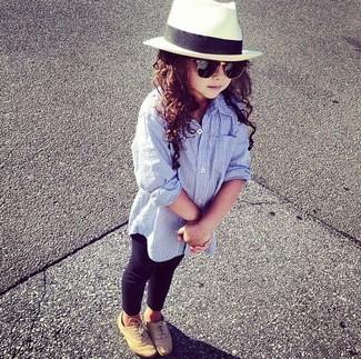 Как и с чем носить: голубая классическая рубашка, черные леггинсы, светло-коричневые оксфорды, белая шляпа