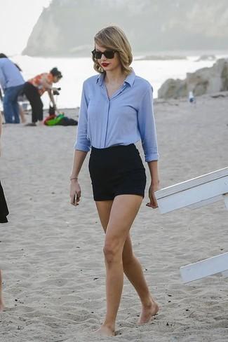 Как Taylor Swift носит Голубая классическая рубашка, Черные шорты, Черные солнцезащитные очки