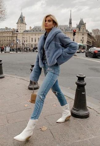 Как и с чем носить: голубая короткая шуба, темно-серый свитер с хомутом, голубые рваные джинсы, белые кожаные ковбойские сапоги