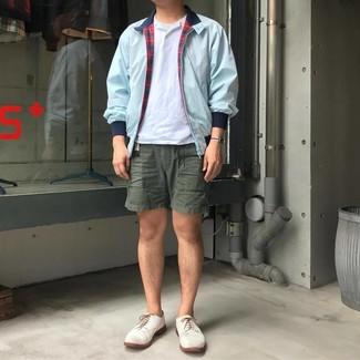 Темно-зеленые шорты: с чем носить и как сочетать мужчине: Голубая куртка харрингтон и темно-зеленые шорты будут великолепно смотреться в стильном гардеробе самых требовательных парней. Боишься выглядеть неаккуратно? Закончи этот ансамбль белыми кожаными туфлями дерби.