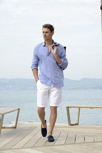 Как и с чем носить: голубая льняная рубашка с длинным рукавом, белые шорты, темно-синие замшевые мокасины