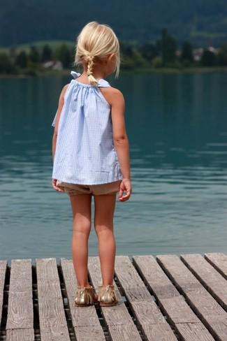 Как и с чем носить: голубая майка, светло-коричневые шорты, золотые босоножки