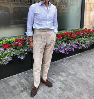 Как и с чем носить: голубая рубашка с длинным рукавом, бежевые льняные классические брюки, темно-коричневые замшевые лоферы с кисточками, светло-коричневые кожаные часы