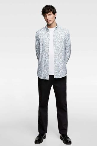Как и с чем носить: голубая рубашка с длинным рукавом с цветочным принтом, белая футболка с круглым вырезом, черные брюки чинос, черные кожаные туфли дерби