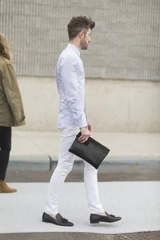 Черный мужской клатч из плотной ткани: с чем носить и как сочетать мужчине: Голубая рубашка с длинным рукавом и черный мужской клатч из плотной ткани — замечательный вариант для мужчин, которые постоянно в движении. Думаешь привнести сюда немного классики? Тогда в качестве обуви к этому образу, стоит выбрать черные кожаные лоферы с кисточками.