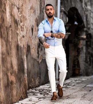 Как и с чем носить: голубая рубашка с длинным рукавом, белые классические брюки, коричневые кожаные лоферы, черные солнцезащитные очки