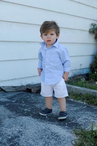 Как и с чем носить: голубая рубашка с длинным рукавом, белые шорты, темно-синие кеды