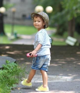 Как и с чем носить: голубая рубашка с длинным рукавом в горизонтальную полоску, голубые джинсовые шорты, желтые кеды