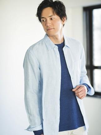Как и с чем носить: голубая рубашка с длинным рукавом из шамбре, темно-синяя футболка с длинным рукавом, белые брюки чинос