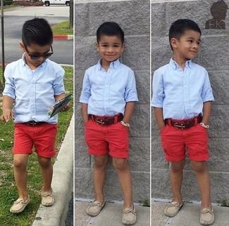 Как и с чем носить: голубая рубашка с длинным рукавом, красные шорты, бежевые лоферы