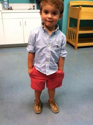 Как и с чем носить: голубая рубашка с длинным рукавом, красные шорты, светло-коричневые топсайдеры