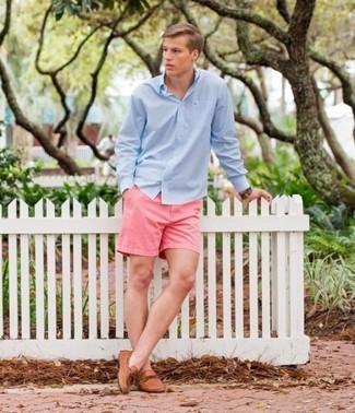 Как и с чем носить: голубая рубашка с длинным рукавом, розовые шорты, светло-коричневые кожаные мокасины, коричневые кожаные часы