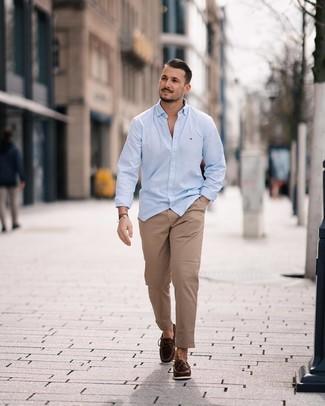 Как и с чем носить: голубая рубашка с длинным рукавом, светло-коричневые брюки чинос, темно-коричневые кожаные мокасины