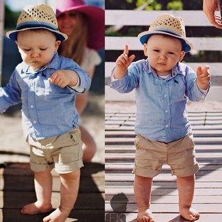 Как и с чем носить: голубая рубашка с длинным рукавом, светло-коричневые шорты, бежевая шляпа