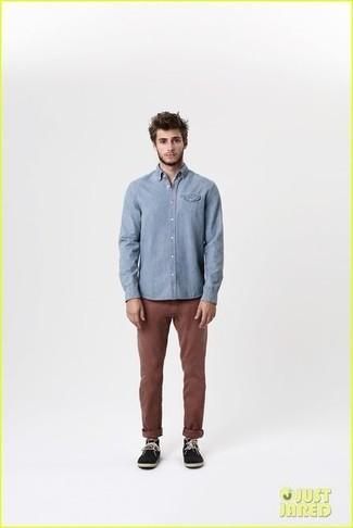 голубая рубашка с длинным рукавом темно коричневые брюки чинос черные замшевые дезерты large 1824