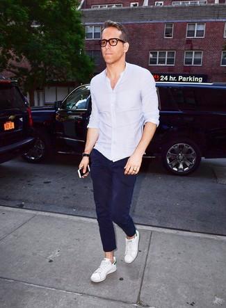 Как и с чем носить: голубая рубашка с длинным рукавом, темно-синие брюки чинос, белые кожаные низкие кеды, черные кожаные часы