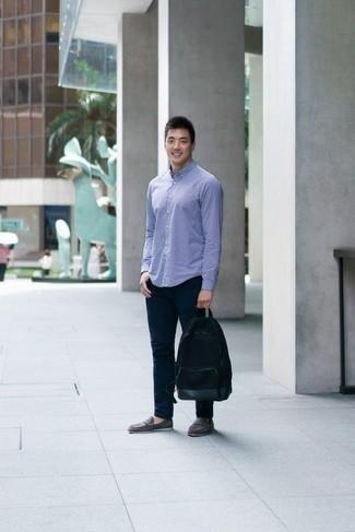 Черный рюкзак из плотной ткани: с чем носить и как сочетать мужчине: Голубая рубашка с длинным рукавом в клетку и черный рюкзак из плотной ткани — выбор джентльменов, которые всегда в движении. Этот ансамбль легко обретает новое прочтение в сочетании с серыми замшевыми лоферами.
