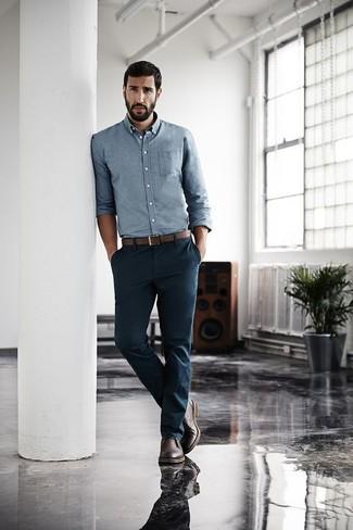 Как и с чем носить: голубая рубашка с длинным рукавом из шамбре, темно-синие брюки чинос, темно-коричневые кожаные ботинки дезерты, коричневый кожаный ремень