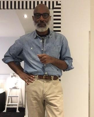 Как и с чем носить: голубая рубашка с длинным рукавом из шамбре, черно-белая футболка с круглым вырезом в горизонтальную полоску, светло-коричневые брюки чинос, бежевый плетеный ремень из плотной ткани